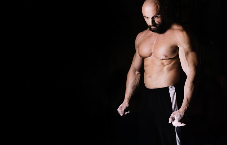 Via i rotoli di grasso con la liposuzione e la liposcultura.